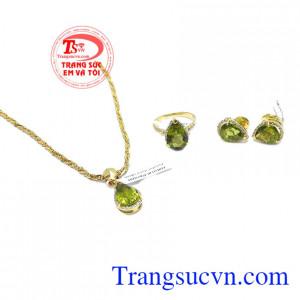 Hoa tai peridot may mắn là sản phẩm hoa tai vàng tây 14k đẹp, có gắn đá peridot thiên nhiên, đẹp