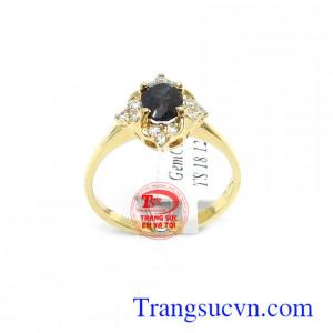 Nhẫn nữ vàng Sapphire thời trang đá Sapphire thiên nhiên là biểu tượng của giàu sang, phú quý, sung túc, loại bỏ suy nghĩ tiêu cực, đem lại trí tuệ và tri thức