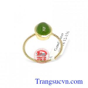 Nhẫn nữ vàng Nephrite may mắn với ngọc Nephrite là biểu tượng cho may mắn, bình an và tài lộc, có tác dụng giúp người đeo tránh những rủi ro trong cuộc sống
