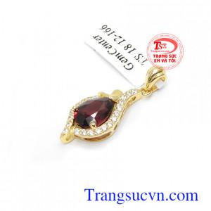 Đá Granat có sắc đỏ mang ý nghĩa của sự may mắn, tình bạn gắn kết và quyền lực