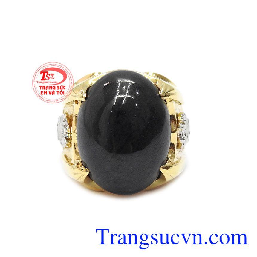Nhẫn nam sapphire rồng vàng được chế tác từ vàng 18k và đá sapphire thiên nhiên.