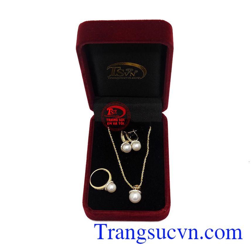 Ngọc trai có ánh xà cừ trắng tượng trưng cho sự may mắn, phú quý và thăng tiến
