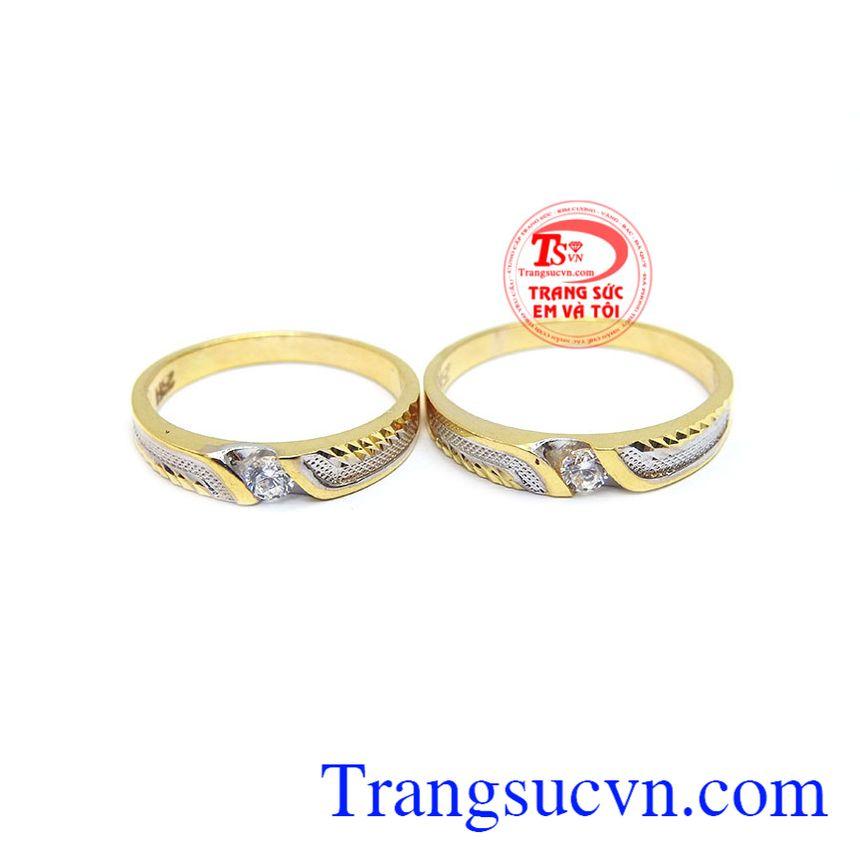 là đôi nhẫn với sự kết hợp của vàng màu vàng trắng và đá nhân tạo.
