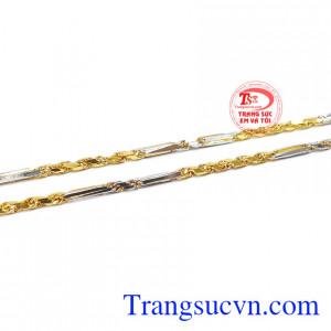 Sản phẩm là sự kết hợp giữa vàng trắng và vàng màu tạo giúp cho sản phẩm thêm ấn tượng hơn.