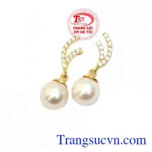 Hoa Tai Ngọc Thuần Khiết với ngọc trai màu trắng được nhiều chị em phụ nữ yêu thích mang đến sự nhẹ nhàng, thanh nhã, dịu dàng