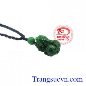 Chính vì vậy, hiện nay tỳ hưu là một linh vật đang được nhiều người ưu chuộng. Mặt tỳ hưu Jadeite có thể dùng làm mặt dây chuyền, phù hợp làm quà tặng.