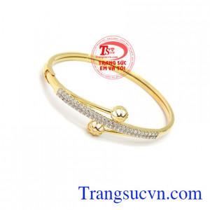 là sản phẩm được chế tác với đường nét tinh tế, vòng tay vàng xinh xắn.
