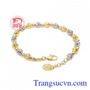 Lắc tay nhỏ xinh với thiết kế đơn giản hình bi với 2 màu vàng trắng và vàng màu làm nổi bật hơn cho sản phẩm