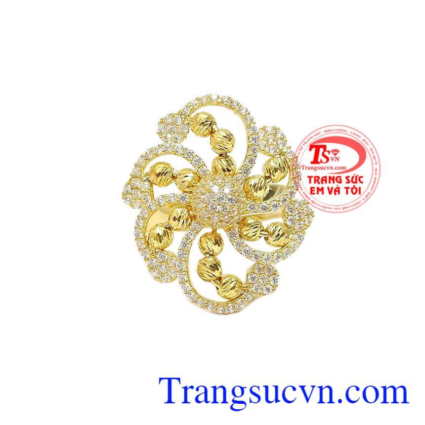 Sản phẩm là sự kết hợp hoàn hảo từ vàng tây 10k và đá Cz nhỏ thành hình hoa bắt sáng lấp lánh tạo cho chiếc nhẫn càng thêm nổi bật