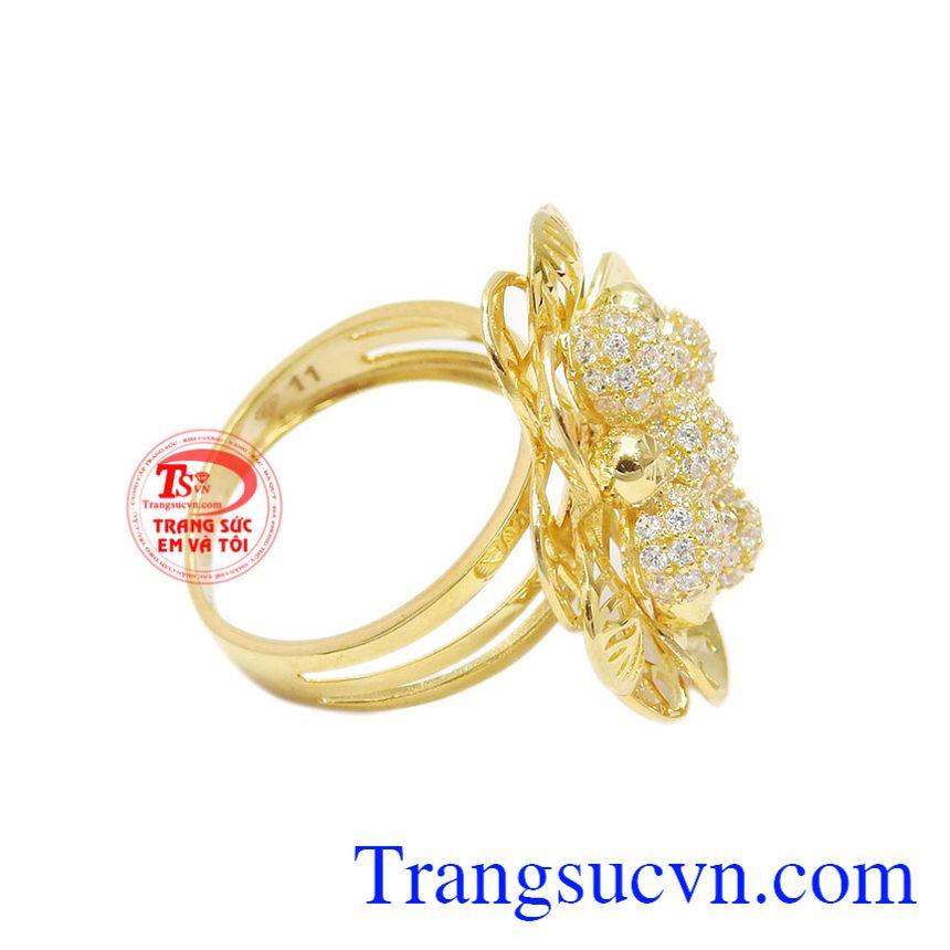Mặt nhẫn kết hợp từ các viên đá Cz lấp lánh hình cầu thành bông hoa rực rỡ, nổi bật.