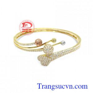 Vòng tay nữ quý phái là sản phẩm được chế tác tinh xảo với những hàng đá lấp lánh, sang trọng