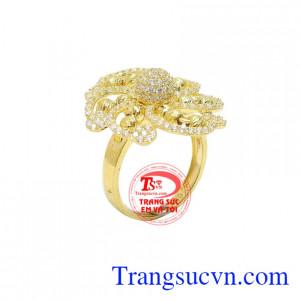 Nhẫn nữ hoa vàng 10k đẳng cấp được thiết kế mang tính sang trọng, thời thượng