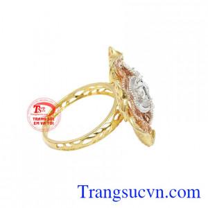 Sự kết hợp từ vàng màu, vàng trắng và vàng hồng giúp chiếc nhẫn càng nổi bật hơn.