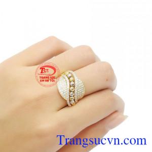 Từng chi tiết trên nhẫn được thiết kế tỉ mỉ đem dến vẻ kiêu sa kiều diễm cho người sử dụng.
