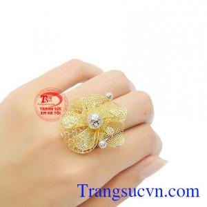 Nhẫn hoa kiêu sa sẽ mang lại vẻ đẹp quý phái, đẳng cấp cho người đeo.