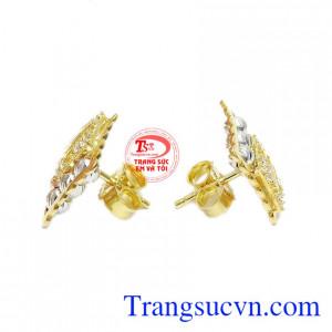 Hoa tai dạng nụ, nhỏ gọn và dễ kết hợp cùng nhiều trang phục, phụ kiện khác nhau.