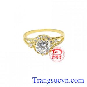 Nhẫn thích hợp đeo ở ngón áp út hoặc ngón giữa giúp nữ chủ nhân toát lên vẻ đẹp kiêu sa, lộng lẫy