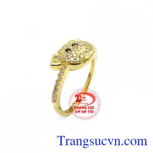 Nhẫn tuổi hợi thịnh vượng được kết hợp từ vàng tây 10k và đá Cz tạo điểm nhấn cho sản phẩm