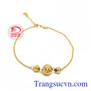 Lắc tay vàng xinh xắn 18k là sản phẩm dây chuyền nữ vàng trắng được thiết kế đẹp với charm bi vàng xinh xắn, tôn lên vẻ đẹp phái đẹp