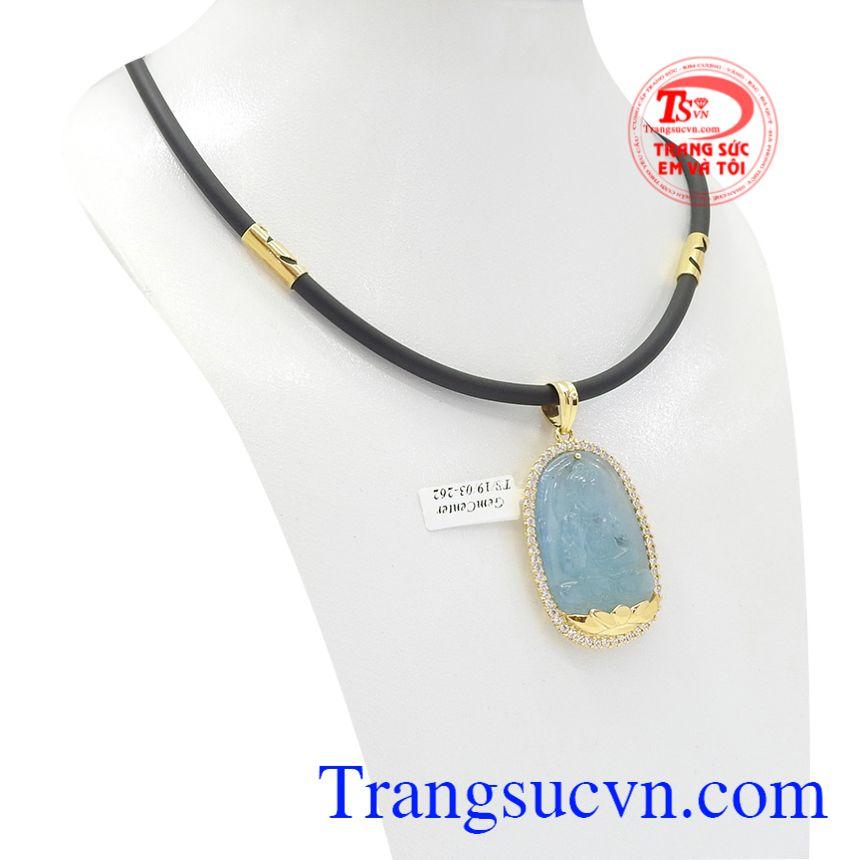 Mặt dây được chế tác từ đá Aquamarine thiên nhiên bọc vàng 14k.