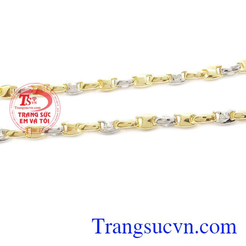 Sản phẩm kết hợp vàng trắng và vàng màu điêu khắc biểu tượng Versace giúp tăng thêm giá trị thương hiệu cho người sử dụng