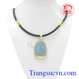 Bộ mặt dây Phật Aquamarine bọc vàng là sản phẩm được kết hợp từ mặt dây Phật bản mệnh tuổi Tuất-Hợi bọc vàng và dây cao su bọc vàng.