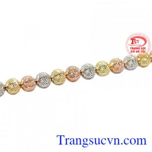 Sự kết hợp vàng màu, vàng trắng và vàng hồng giúp cho sản phẩm trở nên trẻ trung và năng động hơn.