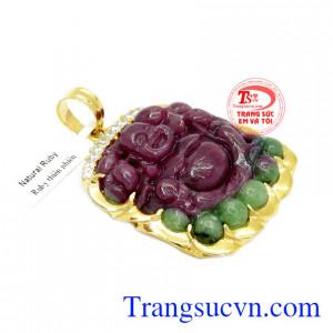 Mặt Di Lặc Ruby bọc vàng được thiết kế từ đá Ruby thiên nhiên bọc vàng 14k.