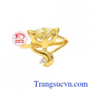Nhẫn hồ ly tinh tế được chế tác từ vàng tây sáng bóng, bền đẹp.