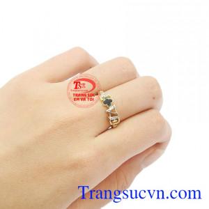 Nhẫn nữ có thể kết hợp cùng nhiều trang phục và phụ kiện.