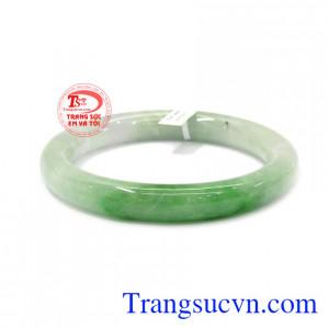 Vòng jadeite thiên nhiên đẹp chế tác bản tròn mang đến sự sang trọng và quý phái.