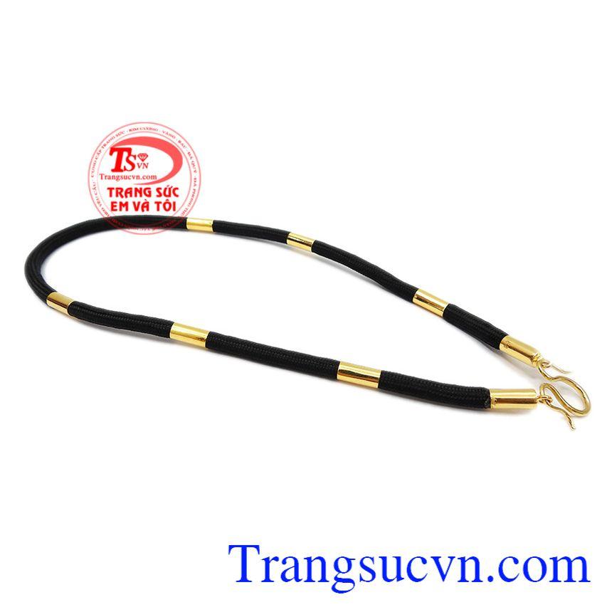 Sản phẩm có thể kết hợp cùng mặt dây chuyền vàng hoặc mặt dây gắn đá quý.Dây dù bọc vàng 18k đẹp