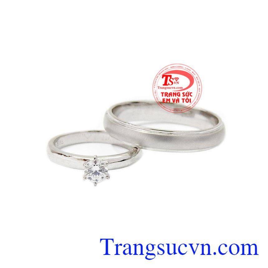 Với thiết kế đơn giản nhưng vô cùng tinh tế giúp cho ngày lễ trọng đại của bạn thêm sang trọng hơn. Nhẫn cưới bên nhau trọn đời.
