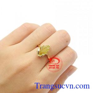 Nhẫn đá quý thiên nhiên có thể kết hợp cùng nhiều trang phục khác nhau. Nhẫn chiếc lá tinh tế tourmalin