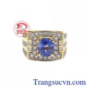Nhẫn nam sapphir sang trọng là sự kết hợp hài hòa giữa sapphir thiên nhiên, vàng tây 14k và đá cz.