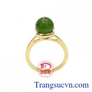 Nhẫn nephrite thời trang được kết hợp từ ngọc cẩm thạch thiên nhiên và vàng tây 10k. Nhẫn nephrite thời trang