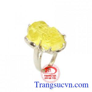 Nhẫn nữ tỳ hưu bạc đá vàng