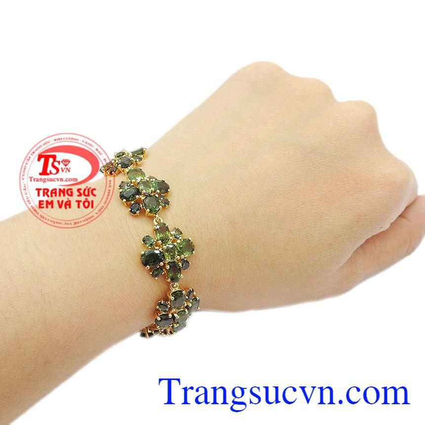 Sapphir thiên nhiên là biểu tượng của tình yêu, của hôn nhân bền vững. Lắc tay sapphir quý phái