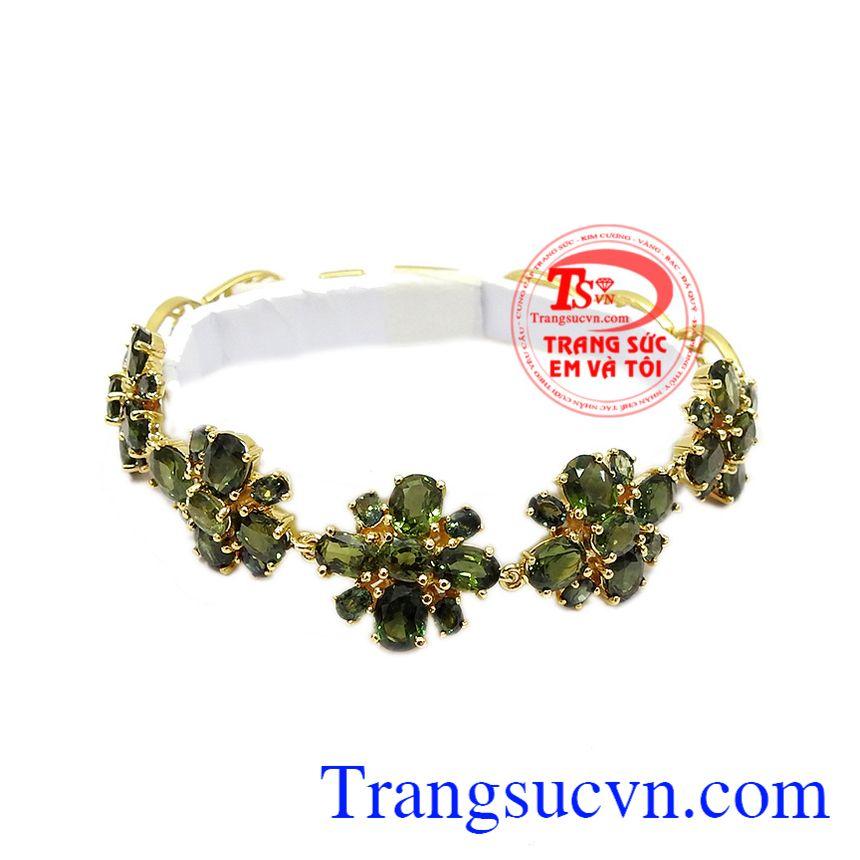Lắc tay sapphir quý phái là sự kết hợp từ sapphir thiên nhiên cùng vàng tây 14k.