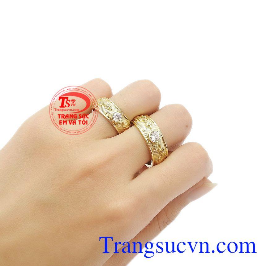 Sản phẩm được bảo hành uy tín, giao hàng toàn quốc. Nhẫn cưới song long chầu nguyệt.