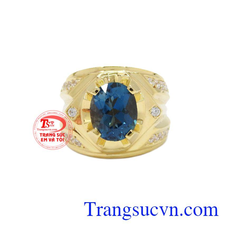 Nhẫn nam vàng Topaz thời trang phù hợp với nhiều kiểu quần áo.