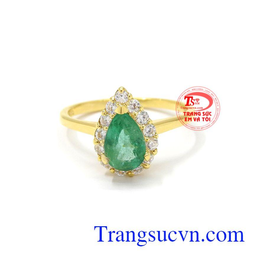Nhẫn vàng Emerald thiên nhiên với sự kết hợp của đá Emerald thiên nhiên làm cho chiếc nhẫn trở nên sang trọng và hợp thời trang.