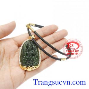 Mặt dây có thể kết hợp với dây chuyền vàng, dây da hoặc dây cao su bọc vàng.