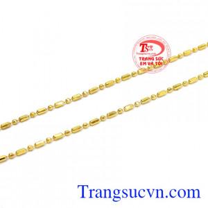 Nhờ vào các chi tiết phay trên dây chuyền mà giúp cho sản phẩm trở nên hấp dẫn và lấp lánh hơn. Dây chuyền nữ lấp lánh