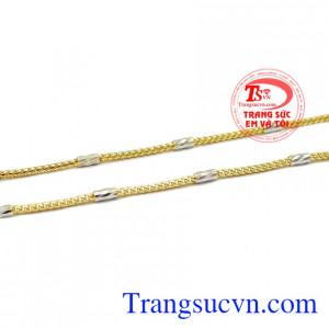 Sản phẩm kết hợp vàng tây và vàng trắng tạo điểm nhấn cho sản phẩm. Dây chuyền nữ quyền lực