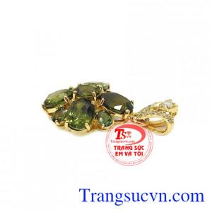 Thiết kế sang trọng, tinh tế mang đến nét đẹp quyến rũ cho người dùng. Mặt dây sapphir quý phái