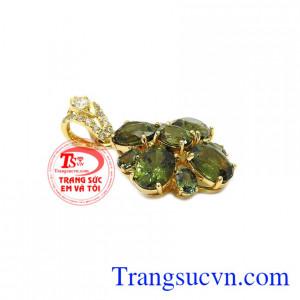 Mặt dây sapphir quý phái được kết hợp hài hòa giữa vàng tây và đá sapphir thiên nhiên.