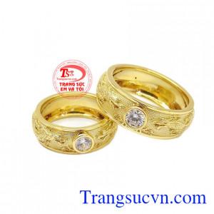 Nhẫn cưới song long chầu nguyệt được chế tác từ vàng tây 18k sáng bóng, bền đẹp.