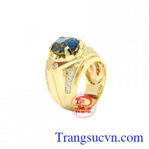 Nhẫn nam vàng Topaz thời trang được chế tác từ đá Topaz thiên nhiên đã qua xử lí đẹp mắt.