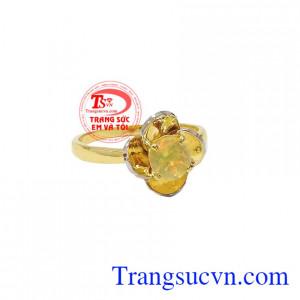 Người Phương Đồng xem việc lựa chọn loại đá quý phù hợp sẽ mang lại nhiều may mắn bất ngờ cho người đeo vì vậy việc lựa chọn trang sức đá quý không đơn thuần là tìm kiếm vẻ đẹp mà nó còn mang một ý nghĩa khác đó là may mắn và hưng thịnh